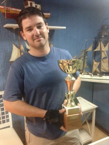 Falipe Gil, ganador año anterio, quien entrega la Copa
